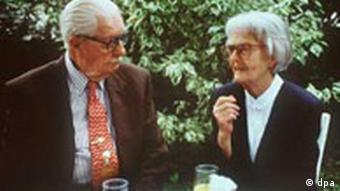 Erika Fuchs and Carl Barks at a table together, (c) DPA