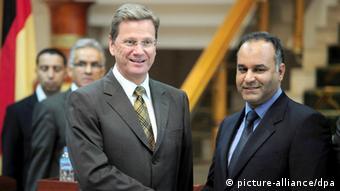 Westerwelle zu Besuch beim damaligen Außenminister des libyschen Übergangsrats, Ali al-Essawi, im Juni 2011 in Bengasi (Foto: dpa)