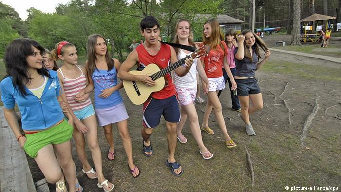 Росссийские юноши и девушки в летнем лагере