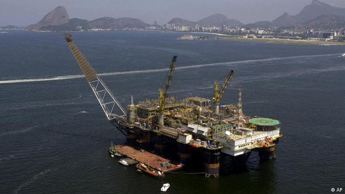 ** FILE ** Brazil's state-run Petrobras P-40 oil platform undergoes maintenance as it floats in the Guanabara Bay of Rio de Janeiro, Brazil in this Wednesday, March 21, 2001 file photo. A deep-water exploration area off the coast of Rio de Janeiro could contain as much as 33 billion barrels of oil, according to the head of Brazil's National Petroleum Agency Haroldo Lima. (ddp images/AP Photo/Douglas Engle) ** BRAZIL OUT **