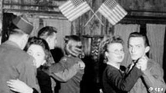 Amerikanische GIs beim Tanz mit deutschen Frauen, Nachkriegszeit