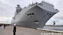 ARCHIV - Der französische Hubschrauberträger «Mistral» liegt am 11.04.2010 am Pier im Marinehafen von Wilhelmshaven. Russland kauft zwei französische «Mistral»- Kriegsschiffe und erwirbt damit erstmals Angriffswaffen eines NATO- Mitgliedsstaates. Moskau vergab den Auftrag zum Bau der Hubschrauberträger an ein französisch-russisches Konsortium vergeben, das sich eigens zu diesem Zweck Anfang November gegründet hatte. Das teilte der Kreml am Freitag (24.12.2010) nach Angaben russischer Agenturen mit. Zusätzlich zu den beiden Schiffen wird Russland zwei weitere «Mistral» in Lizenz nachbauen. Wie viel Moskau für das Geschäft bezahlt, wurde nicht bekannt. Schätzungen zufolge kostet eine «Mistral» rund 600 Millionen Euro. Foto: Carmen Jaspersen dpa +++(c) dpa - Bildfunk+++