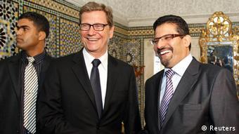 Der deutsche Außenminister Guido Westerwelle zusammen mit seinem tunesischen Amtskollegen Rafik Abdessalem in Tunis (Foto: rtr)