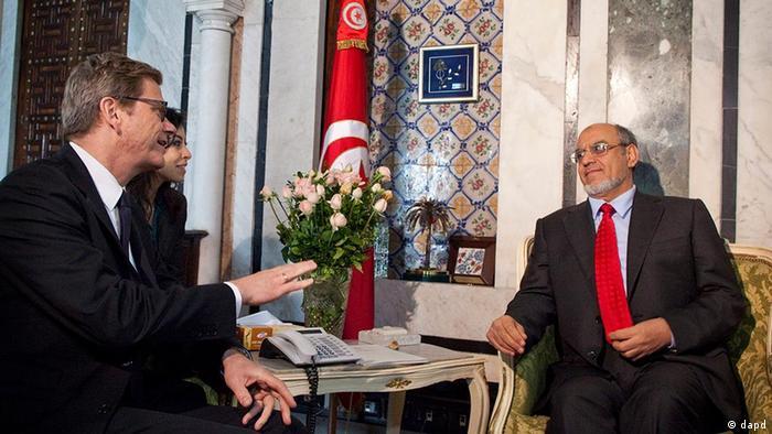 Bundesaußenminister Guido Westerwelle im Gespräch mit dem tunesischen Ministerpräsidenten Hamadi Jebali in Tunis (Foto: dapd)