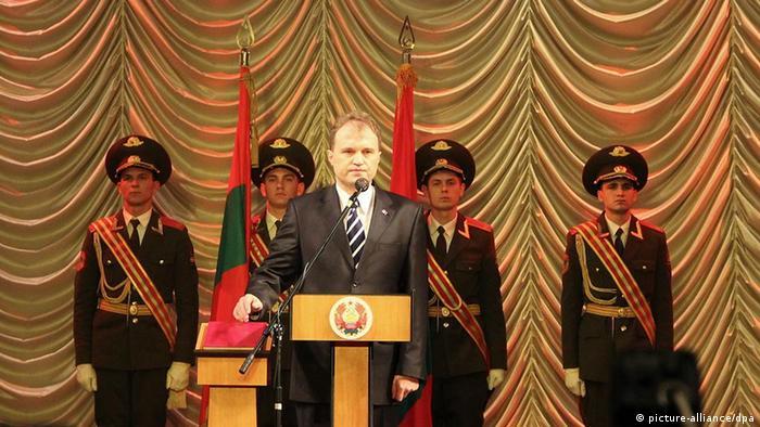 Евгений Шевчук во время принятия присяги (фото из архива, 2011 год)