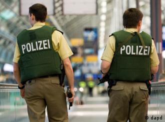 Zwei Beamte der Bundespolizei, von denen einer eine Maschinenpistole in den Haenden haelt (r.), patroullieren am Mittwoch (17.11.10) auf dem Flughafen Leipzig/Halle in der Naehe von Schkeuditz. Bundesinnenminister Thomas de Maiziere (CDU) hat wegen der neuen terroristischen Bedrohungslage in Deutschland eine sichtbare Polizeipraesenz angekuendigt. Diese mit den Laendern abgestimmten verschaerften Sicherheitsmassnahmen an Flughaefen und Bahnhoefen sollten bis auf weiteres gelten, sagte der CDU-Politiker am Mittwoch in Berlin. (zu dapd-Text) Foto: Jens Schlueter/dapd