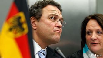El ministro alemán del Interior Hans-Peter Friedrich y la ministra de Justicia Sabine Leutheusser-Schnarrenberge (Foto:Michael Sohn/AP/dapd)
