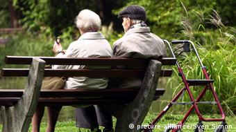 elderly couple sitting on park bench (picture-alliance/dpa)