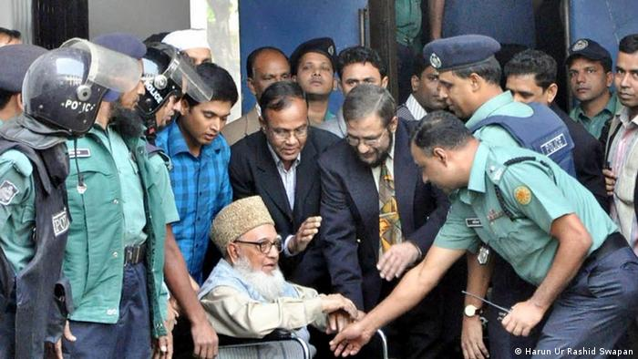 Jamaat-e-Islami former aamir Ghulam Azam facing charges of crimes against humanity landed in jail, pending legal procedures, after the International Crimes Tribunal (ICT) rejected his bail plea and asked authorities to put him behind bars on Wednesday. Foto: Harun Ur Rashid Swapan