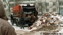 Archivfoto / Moskau (Russland): Die Moskauer Stadtreinigung sieht sich den immer größer werdenden Müllbergen kaum noch gewachsen. Neben dem in die Gegend geworfenen Unrat hat sie es jetzt auch noch mit den Überresten von Verkaufsständen zu tun, die von Bulldozern der Stadtverwaltung einfach weggeschoben worden sind. Auf diese Weise geht die Moskauer Obrigkeit gegen Händler vor, die keine Lizenz vorweisen können. (Ber24-050393)