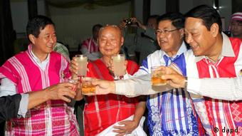 Myanmar's Railway Minister and head of the government negotiation group Aung Min, left, and the Karen National Union (KNU) representative Gen. Mutu Saipo, second left, raise their glasses along with Industry Minister Soe Thein, second right, and Immigration Minister Khin Yee during a dinner at a hotel in Hpa-an, Myanmar, Wednesday, Jan. 11, 2012. The ministers visited the Karen state capital for negotiation with the major ethnic group KNU which has been fighting for more than 60 years for greater autonomy from the central government. (Foto:Khin Maung Win/AP/dapd)