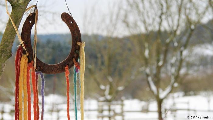 Hufeisen mit Bändern verziert - Foto: DW / Maksim Nelioubin