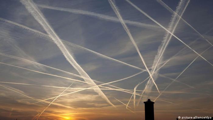Am Morgenhimmel über Frankfurt am Main haben Flugzeuge zahlreiche Kondensstreifen verursacht