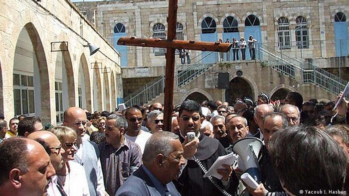 Procesiune a creştinilor arabi pe Via Dolorosa din Ierusalim în Vinerea Patimilor