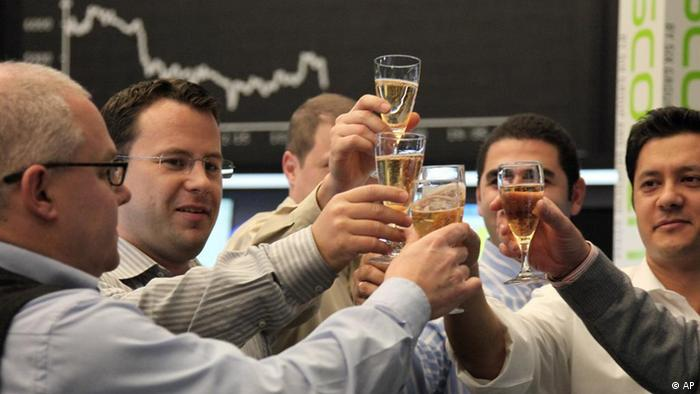 Boersenmakler stossen am Mittwoch 30. Dezember 2009, an der Boerse in Frankfurt am Main nach Handelsschluss mit Champagner an. (ddp images/AP Photo/Daniel Roland) --- Brokers clink glasses filled with champagne after the end of trading at the stock exchange in Frankfurt, Germany, on Wednesday, Dec. 30, 2009. (ddp images/AP Photo/Daniel Roland)