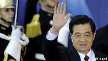 Der Staatspraesident der Volksrepublik China, Hu Jintao, winkt am Donnerstag (03.11.11) in Cannes in Frankreich waehrend des G-20-Gipfels bei seiner Ankunft zu einem Arbeitsabendessen. Der G-20-Gipfel findet am Donnerstag und Freitag (04.11.11) in Cannes statt. (zu dapd-Text) Foto: Berthold Stadler/dapd