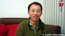 ARCHIV - Der prominente chinesische Bürgerrechtler Hu Jia am 09.12.2007 in seiner Wohnung in Peking.Vier Tage nach der Freilassung des chinesischen Künstlers und Aktivisten Ai Weiwei ist ein weiterer prominenter Bürgerrechtler auf freien Fuß gekommen. Nach Verbüßung einer dreieinhalbjährigen Haftstrafe sei Hu Jia seit dem frühen Sonntagmorgen wieder bei seiner Familie, teilte die Frau des 37-Jährigen am Sonntag via Twitter mit. Foto: Bill Smith dpa (zu dpa0061 vom 26.06.2011) +++(c) dpa - Bildfunk+++
