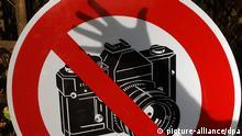 ARCHIV - Der Schatten einer Hand ist auf einem Fotografier-Verbotsschild zu sehen (Archivfoto vom 02.11.2005, Illustration zum Thema Pressefreiheit). In zahlreichen Ländern ist der Kampf um die Pressefreiheit nur unter Einsatz von Leib und Leben möglich. Am Tag der Pressefreiheit am 3. Mai erinnern die Vereinten Nationen sowie Verleger- und Journalistenverbände an die Verstöße gegen dieses Freiheitsrecht in aller Welt. Foto: Jens Büttner (zu dpa-Themenpaket Tag der Pressefreiheit am 26.04.2006) +++(c) dpa - Bildfunk+++