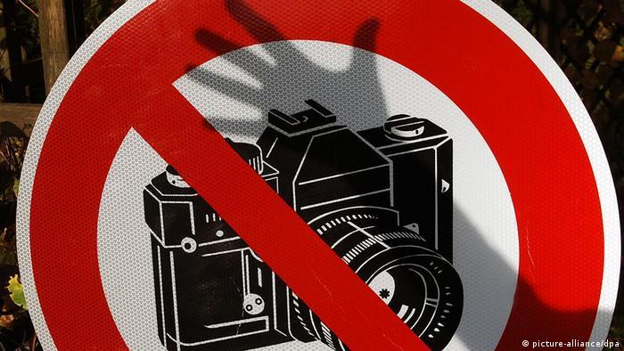 Symbolbild Pressefreiheit Schild fotografieren verboten schwarzer Hand
