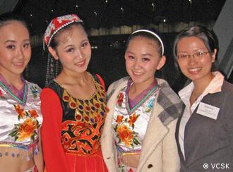 中国留学生和小演员们合影