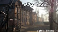 ARCHIV - ILLUSTRATION - Der Eingang zum ehemaligen Konzentrationslager Auschwitz-Birkenau (Archivfoto vom 12.01.2005). Ein Holocaust-Schicksal prägt und belastet eine Familie auch noch in der zweiten Generation. Mosche Zimermans hat darüber einen Dokumentarfilm gedreht - «Pizza in Auschwitz» wird am Sonntag (28.03.2010) auf Arte gezeigt. Foto: Jaced Bednarczy (zu dpa-Korr. Märchenland ist da, wo Vater war vom 24.03.2010) +++(c) dpa - Bildfunk+++