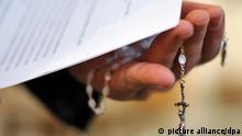 ILLUSTRATION - Ein Priester hält einen Rosenkranz und eine bischöfliche Erklärung zu den Missbrauchsfällen durch Jesuiten-Pater in der Hand (Foto vom 07.02.2010). Für viele Opfer sexuellen Missbrauchs in der katholischen Kirche reicht der Hirtenbrief von Papst Benedikt XVI. nicht aus. Foto: Jochen Lübke dpa (Zu dpa 0318) +++(c) dpa - Bildfunk+++