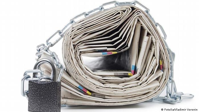 Symbolbild Zeitungen in Ketten pile of newspapers with chains, on white -Vladimir Voronin - Fotolia 31657007