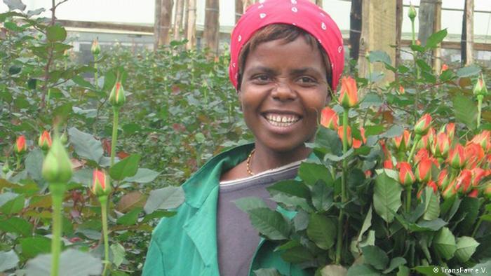 Eine Arbeiterin auf einer Fairtrade-Blumenfarm in Tansania, einem Nachbarstaat Ugandas (Foto: Transfair)