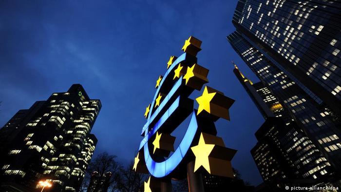 ARCHIV - Die Euro-Skulptur des Künstlers Otmar Hörl leuchtet am 04.03.2009 in Frankfurt am Main vor der Zentrale der Europäischen Zentralbank (EZB).Die grassierende Schuldenkrise könnte Deutschland seine Topbonität kosten. Die US-Ratingagentur Standard & Poor's hat den Ausblick für die gesamte Eurozone auf «negativ» gesetzt. Deutschland oder Frankreich laufen damit Gefahr, bei der Kreditwürdigkeit ihre Spitzennote «AAA» zu verlieren. Foto: Arne Dedert dpa +++(c) dpa - Bildfunk+++