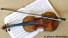 Auf Notenblättern wird am 21.10.2003 in der Filiale des britischen Auktionshauses SothebyÂs in Hamburg eine 1716 gebaute Violine des berühmten Geigenbauers Antonio Stradivari präsentiert . Die sogenannte ex-Nachez Stradivari, benannt nach ihrem ehemaligen Besitzer, dem ungarischen Musiker Tivadar Nachez, wird auf rund eine Millionen Euro geschätzt und soll am 11. November 2003 in London versteigert werden.