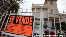 Mit einem Schild, auf dem in spanischer Sprache se vende (zu verkaufen) steht, wird eine Immobilie am Samstag (21.03.2009) in dem südspanischen Urlaubsort Torrevieja zum Verkauf angeboten. An der Costa Blanca stehen derzeit infolge der Finanzkrise zahlreiche Immobilien, auch in bester Lage, zum Verkauf. Foto: Bodo Marks +++(c) dpa - Report+++