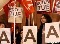 اعتراض در پاریس علیه تصمیم موسسهی اعتبارسنجی «استاندارد اند پورز» برای کاهش اعتبار مالی فرانسه