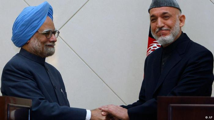 Indian Prime Minister Manmohan Singh, left, and Afghanistan President Hamid Karzai, right, shake hands after a press conference at the Presidential Palace in Kabul, Afghanistan, Thursday, May 12, 2011. (ddp images/AP Photo/Mustafa Quraishi)
