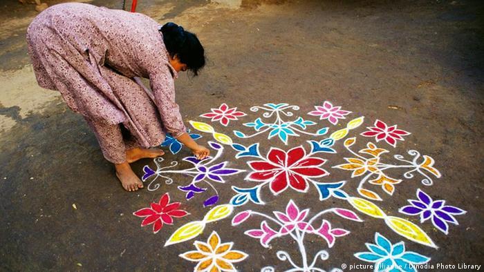 Frau legt Rangoli Indien (picture alliance / Dinodia Photo Library)