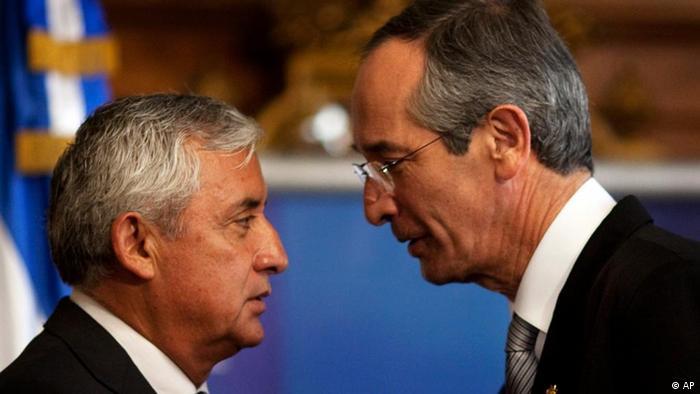 El presidente de Guatemala, Otto Perez Molina (izq.) y su predecesor, Alvaro Colom.