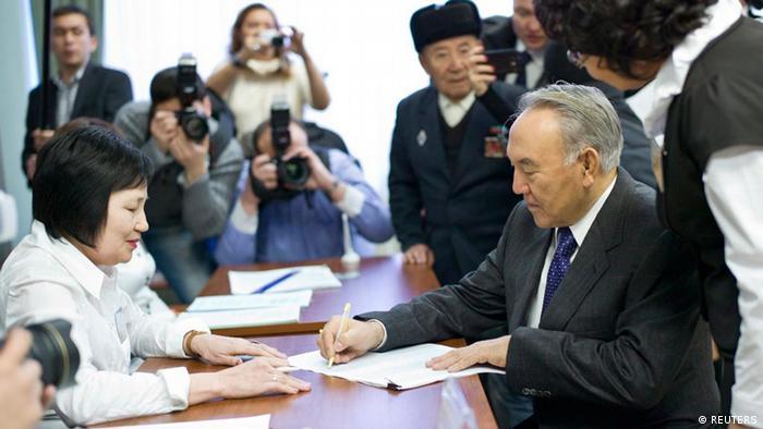 Нурсултан Назарбаев на встрече с избирателями