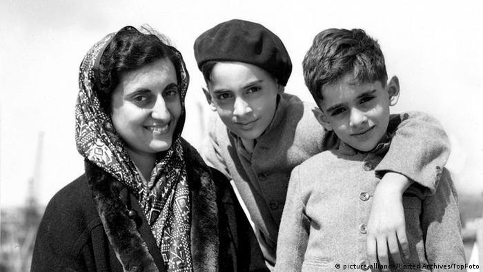 Flash-Galerie Rajiv Gandhi mit Mutter und Bruder (picture-alliance/United Archives/TopFoto)