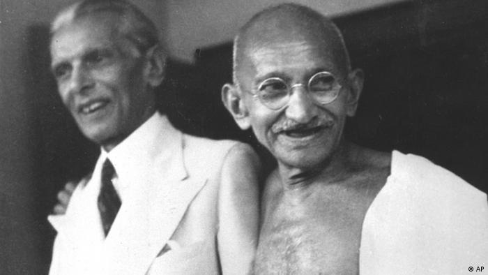 Mahatma Gandi, sağda, ile görülen Muhammed Ali Cinnah Hindularla Müslümanların aynı devlet altında bir arada yaşayamayacağını düşünüyordu