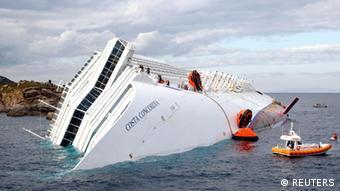 Los equipos de rescate siguen buscando sobrevivientes del naufragio.