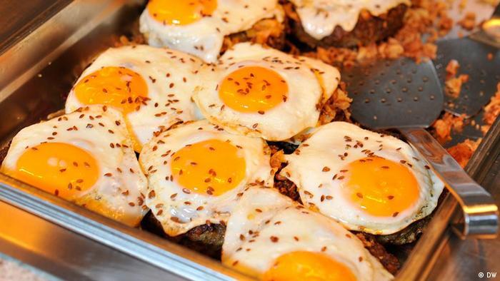 Deutschland Essen Kochen Vegetarisch Hamburger mit Spiegelei