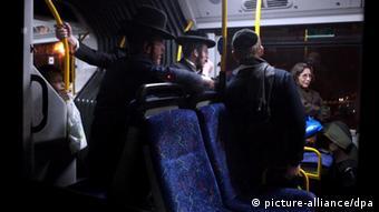 Ultra-orthodoxe Juden drängen eine Frau, sich im öffentlichen Bus in eine der hinteren Reihen zu setzen (Foto: dpa)