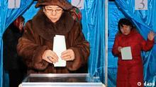 Kasachstan Wahlen Frau an der Wahlurne in Almaty