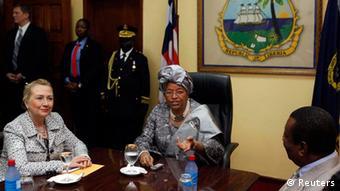 A secretária de Estado norte-americana, Hillary Clinton (à esquerda), num encontro com a Presidente liberiana