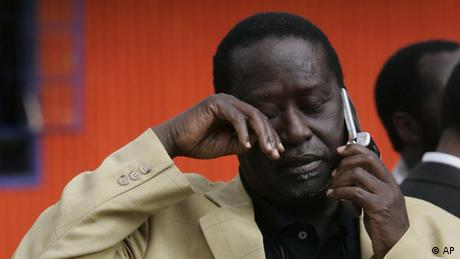 Unruhen in Kenia Opositionspolitiker Raila Odinga telefoniert in Nairobi