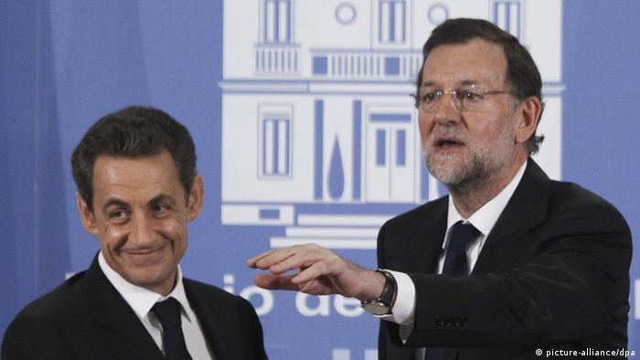 epa03062659 Spanish Prime Minister Mariano Rajoy (R) gestures next to French President Nicolas Sarkozy (L), as they attend a joint press conference after their meeting at the Moncloa Palace in Madrid, central Spain on 16 January 2012. Reports state that Spain supports the French proposal of a tax on financial transactions, Prime Minister Mariano Rajoy said at a joint press conference with French President Nicolas Sarkozy. EPA/JUAN CARLOS HIDALGO +++(c) dpa - Bildfunk+++