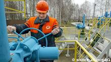 A worker turns a valve at the first pump station on Belarus territory of the Druzhba pipeline, near the village of Bobovichi, about 330 km southeast of Minsk, Thursday, 11 January 2007. One of two German refineries hit by the suspension of Russian oil deliveries started receiving supplies again Thursday after Russian pipeline monopoly Transneft resumed pumping. A spokesman for the PCK refinery in Schwedt said crude oil from the Druzhba (friendship) pipeline through Belarus started reaching the processing facility on Thursday morning. EPA/ANDREI LIANKEVICH +++(c) dpa - Report+++