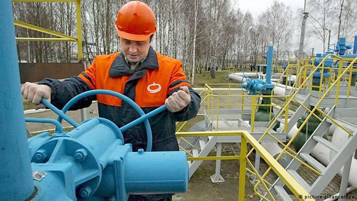 Foto pekerja Belarus di jaringan pipa minyak dari Rusia (picture-alliance/dpa)