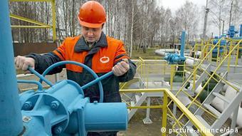 Рабочий за обслуживанием нефтепровода Дружба