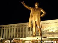Статуя основателя КНДР Ким Ир Сена в Пхеньяне