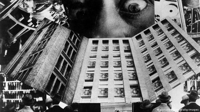 Colagem em peto e branco mostra prédios, homens de chapéu e dois grandes olhos
